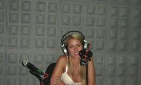 Vanessa Martins regressou aos estúdios da Rádio Onda Livre