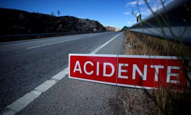 Choque frontal entre autocarro e veículo ligeiro faz um ferido grave