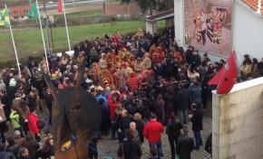 Caretos e suas tropelias dão as boas vindas a multidões em Podence