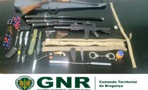 Suspeito de violência sobre a mãe tinha armas de uso militar em casa