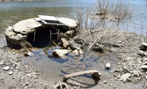 Entulho exposto por descida do nível da água da Barragem do Tua causa indignação