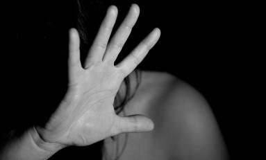 Jovem acusada de agredir a mãe e o próprio filho fica proibida de se aproximar de ambos