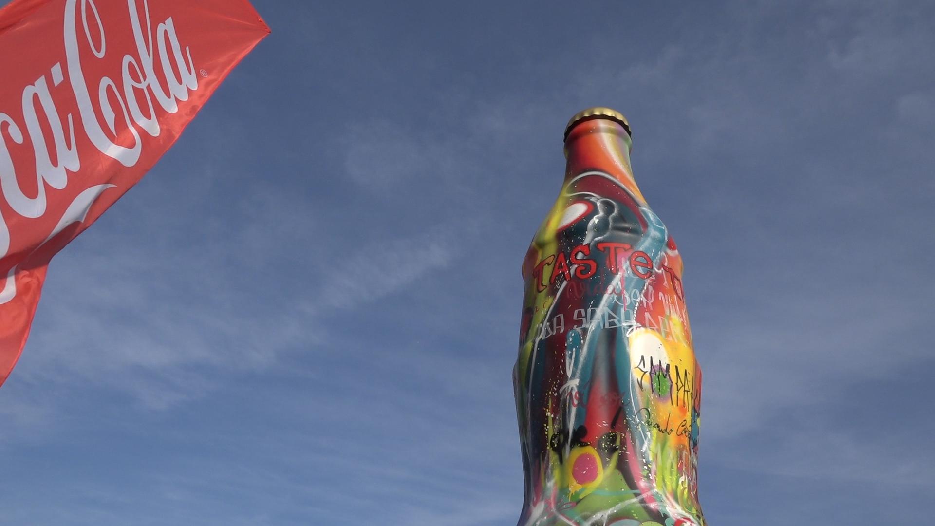"""Coca-cola """"gigante"""" para ser visitada na Praia da Ribeira"""