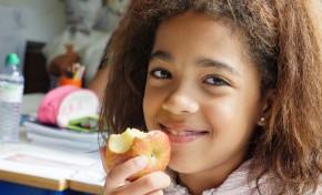 Doação de fruta nas escolas a crianças mais necessitadas