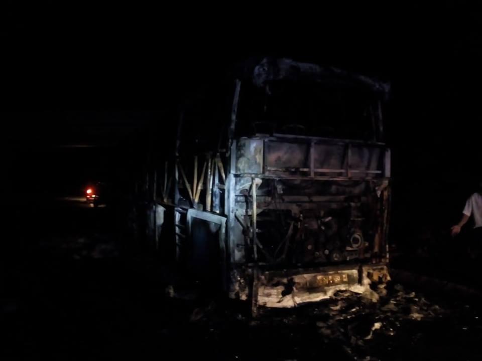 Incêndio deixa autocarro destruído esta noite na A4