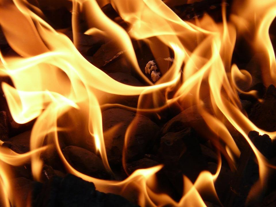 Mulher morre depois de um incêndio deflagrar na sua casa