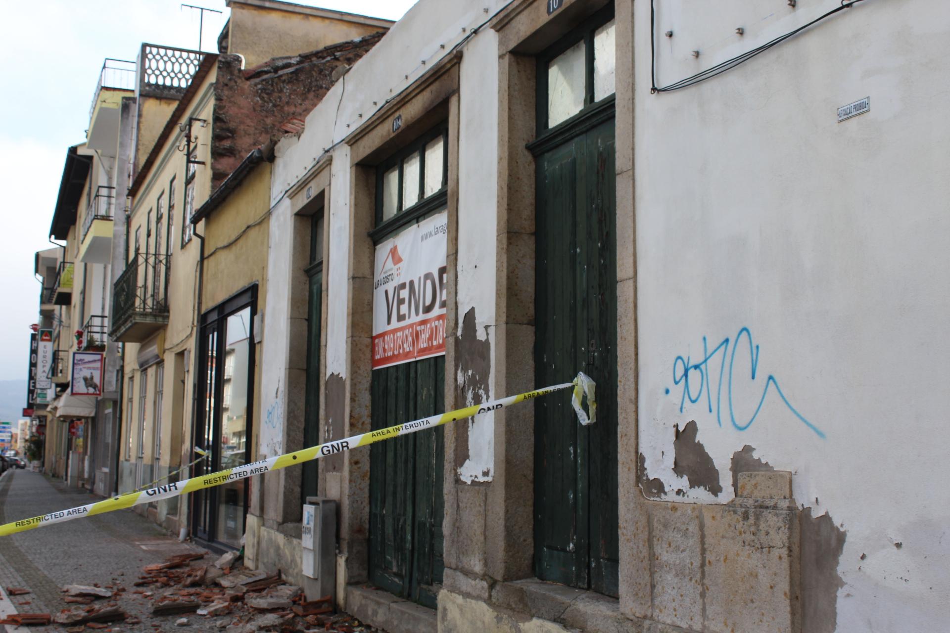 Telhado de uma casa desabitada caiu ao início desta tarde em Macedo
