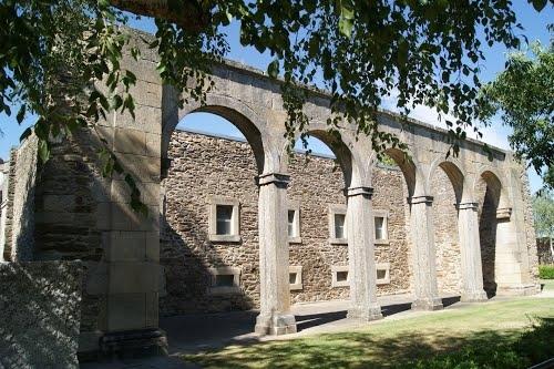 Construção da estrutura de acolhimento aos visitantes da antiga Sé de Miranda está parada
