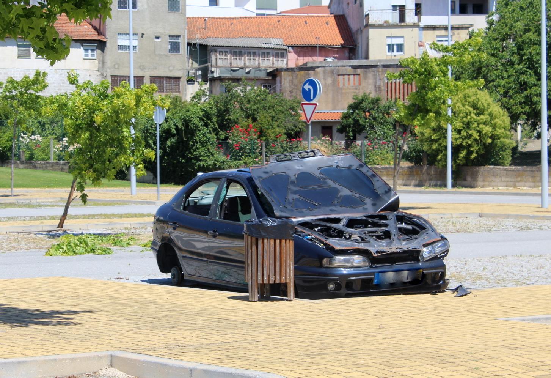 Vandalismo no estacionamento da Rua Pereira Charula em Macedo de Cavaleiros