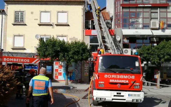 Cozinha e parte do telhado de uma churrascaria arderam esta tarde em Bragança