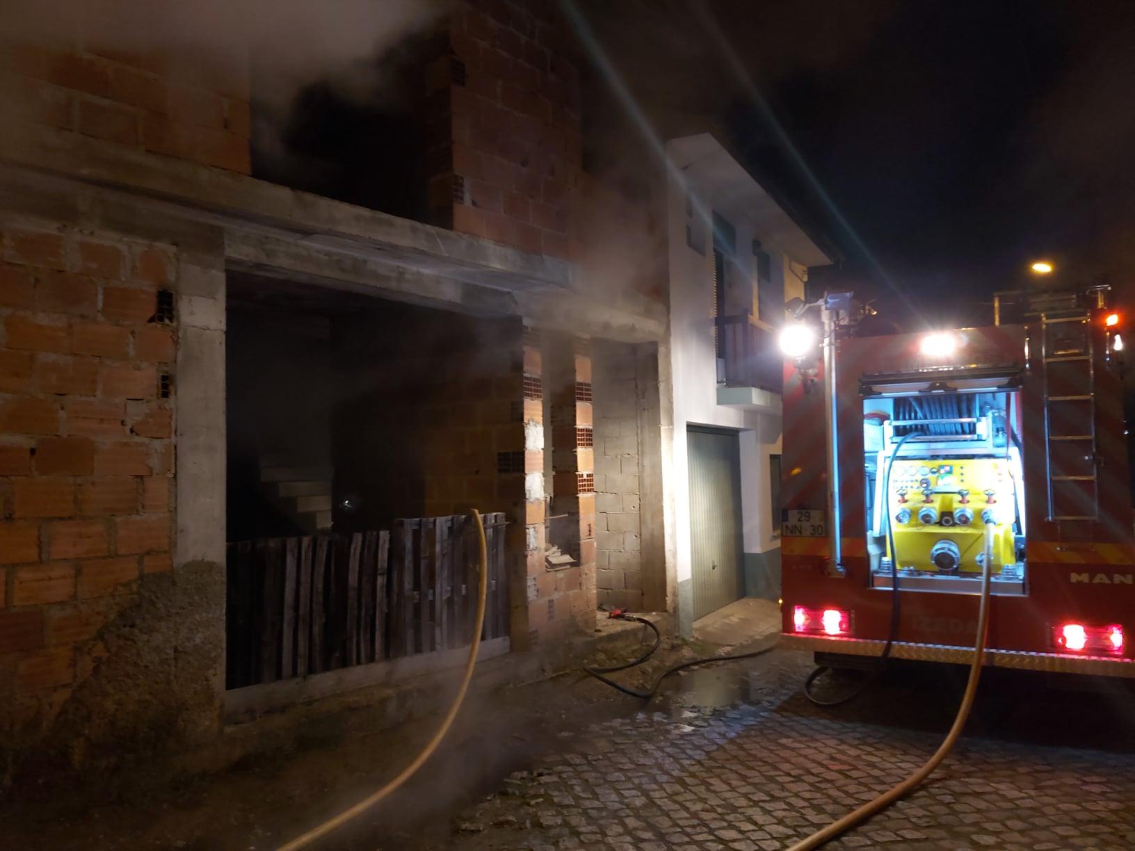 Incêndio deixa danos consideráveis numa habitação em Izeda