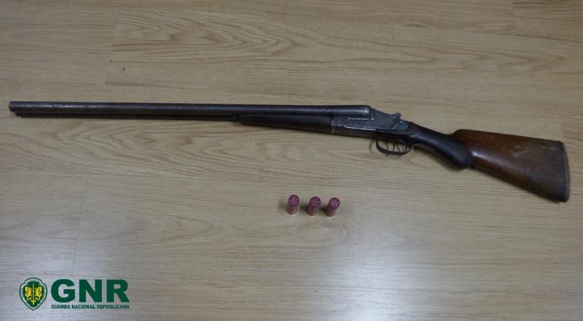 Homem detido por posse ilegal de arma em processo de violência doméstica