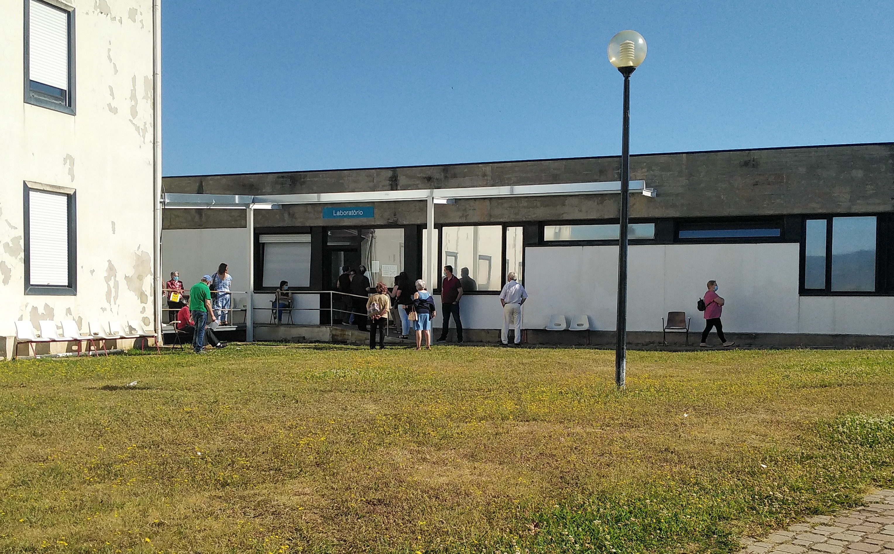 Já está a ser construído o coberto para os utentes do laboratório de análises do Hospital de Macedo