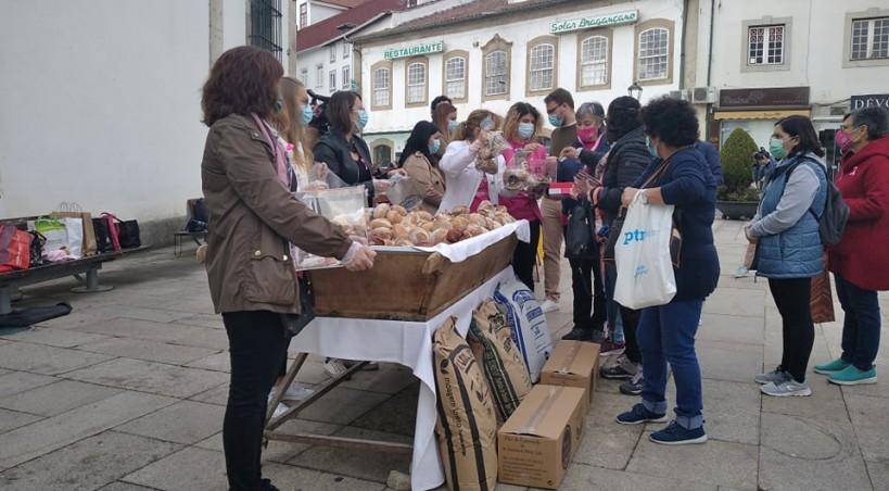 Pães por um euros na Praça da Sé ajudaram a Liga Portuguesa Contra o Cancro (Bragança)